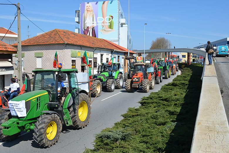 Cerca de 300 tratores marcharam desde Vila do Conde até ao Norte Shopping em Matosinhos