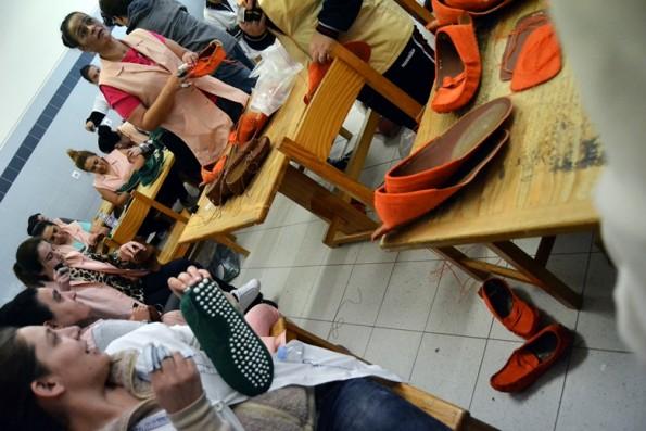 A oficina de calçado é uma das atividades que ocupa o dia de muitas mulheres na prisão
