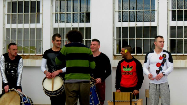 Todas as atuações incluíram música feita com tambores e outros instrumentos improvisados