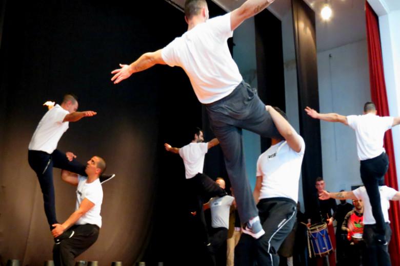 Os jovens reclusos surpreenderam os membros da plateia com acrobacias