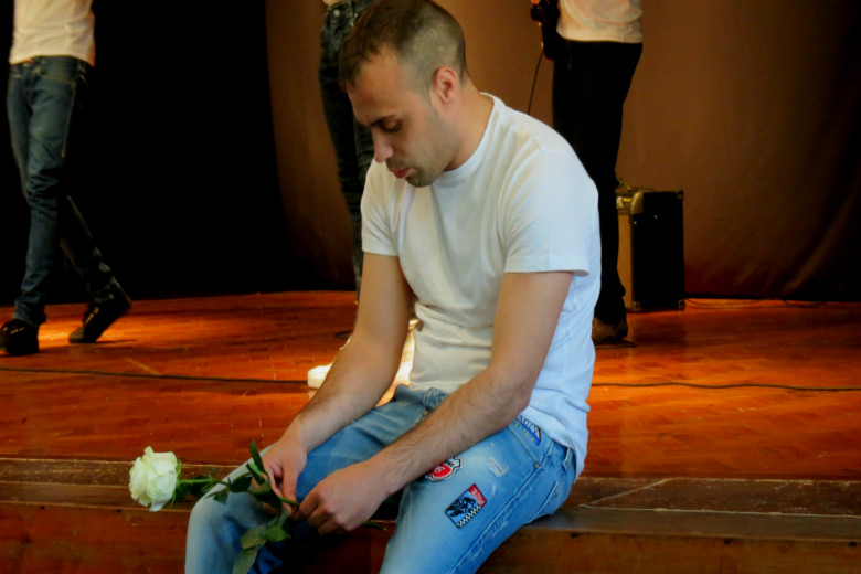 Os artistas que atuaram receberam e entregaram flores