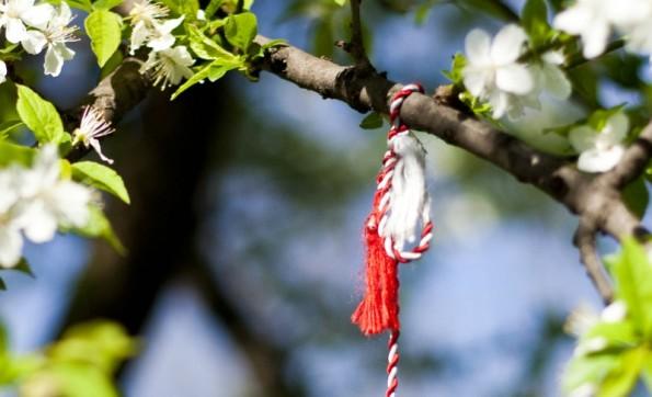 """O """"mărțișor"""" usa-se no pulso ou ao peito e pendura-se numa árvore em flor."""