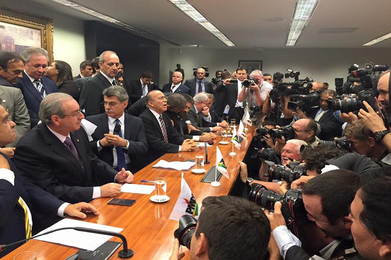 A direção do PMDB oficializou esta terça-feira a saída do governo de Dilma Roussef. Foram 13 anos ao lado do PT