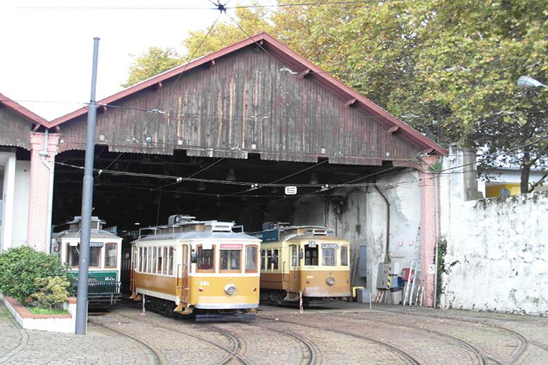 O exterior do Museu do Carro Elétrico recebe o Market Place.