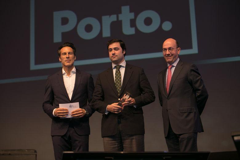 """O vereador do Comércio e Turismo da autarquia do Porto, Manuel Aranha, subiu ao palco para receber o prémio de """"Melhor Autarquia"""""""