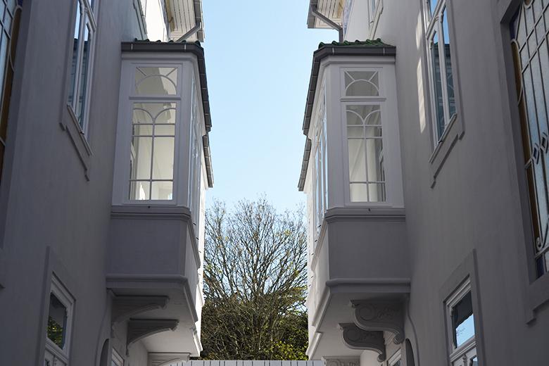 O edifício da direita foi restaurado e do da esquerda reabilitado