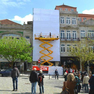 Dia 1: foram várias as pessoas que se juntaram para ver MrDheo e Pariz One a trabalhar naquela que será a nova fachada da livraria Lello, durante os próximos dois meses