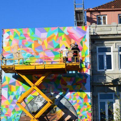 Dia 4: No graffitti que ocupa agora a fachada da livraria Lello, MrDheo pintou o vitral que se encontra agora em reparação