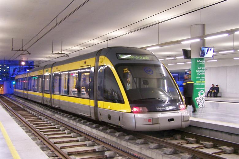 A aplicação permite obter informações, em tempo real, sobre os transportes públicos.