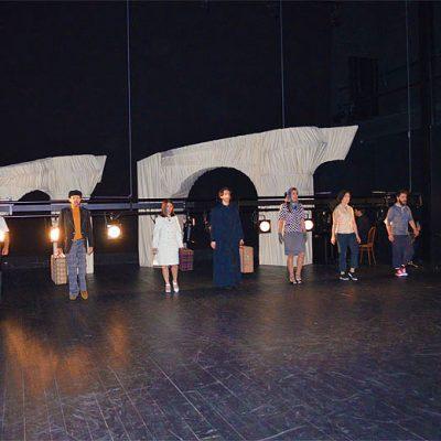 A peça retrata as viagens dos emigrantes no antes e pós 25 de abril