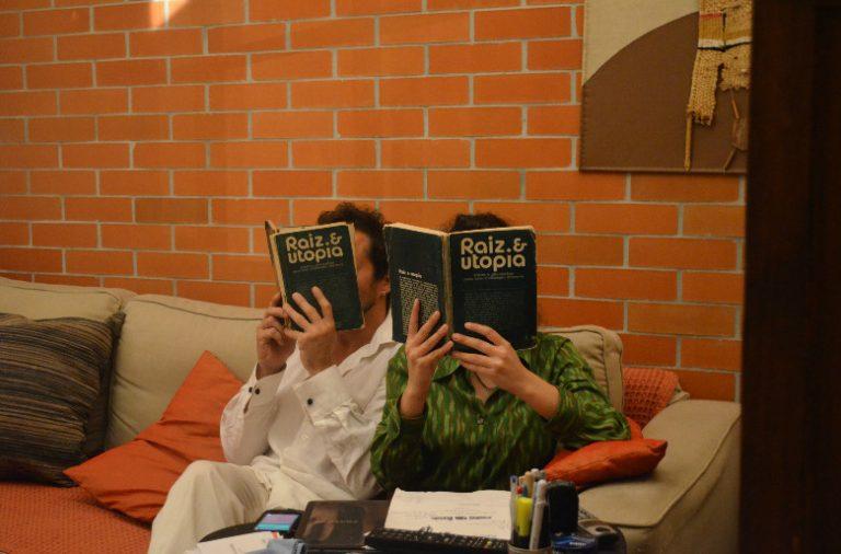 """A peça de teatro """"Espólios"""" viaja pelas casas e objetos pessoais dos moradores."""