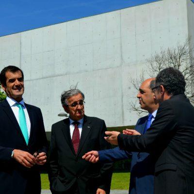 Enquanto esperava a chegada do Primeiro Ministro António Costa e do Presidente da República, Rui Moreira foi conversando com os presentes