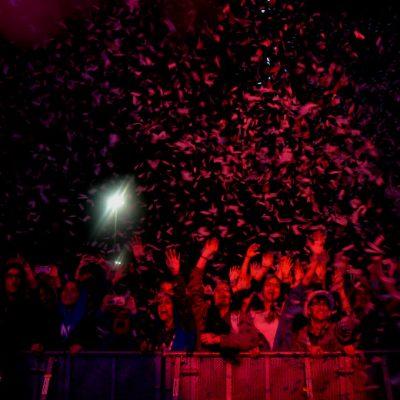 Confetis não faltaram para animar a festa e a multidão