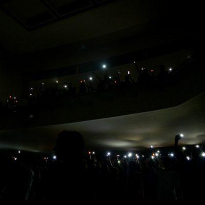 """Na música """"Nada Dura Para Sempre"""", o Rivoli apagou as luzes para ser iluminado pela plateia."""
