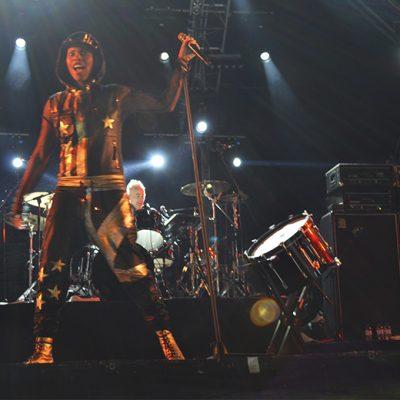 """A vocalista da banda agradeceu a presença do público em português: """"Obrigado!"""", gritou"""