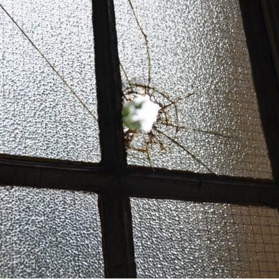 Muitas janelas da escola perderam os vidros