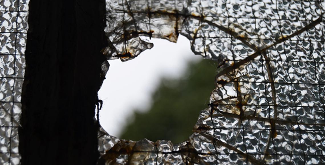 Muitas janelas da escola perderam os vidros e chove em várias salas de aula