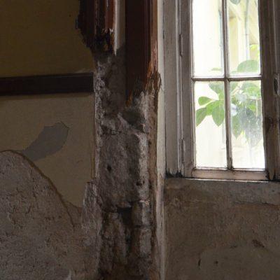 O elevado estado de deterioração sente-se nos corredores, no teto, nas salas de aulas e até mesmo nas paredes, que perderam a solidez
