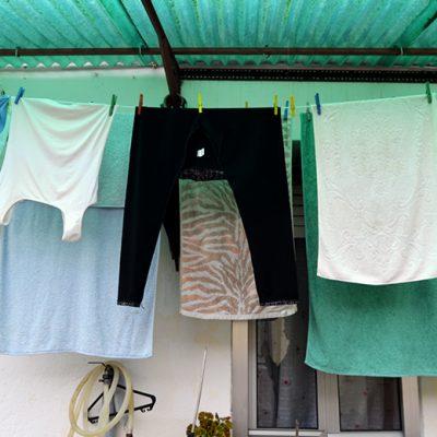 A frente das casas, são a única parte com janelas. No projeto, Maria prevê melhorar a ventilação das casas