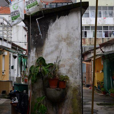 As casas de banho são comuns aos moradores e estão no meio da ilha. O saneamento básico não existe
