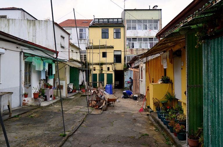 No quarteirão que começa na rua dos Bragas, há muitas ilhas em estado de degradação