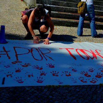 """Uma faixa com o nome da manifestação - """"Por Todas Elas"""" - foi disponibilizada para que todos os participantes deixassem a sua marca"""