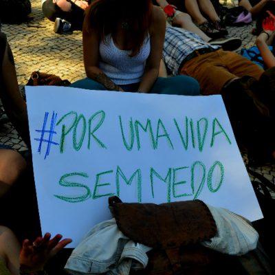 """Vários cartazes foram mostrados na manifestação. (""""Por uma vida sem medo"""")"""