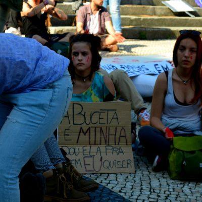"""Vários cartazes foram mostrados na manifestação. (""""A buceta é minha, dou ela pra quem eu quiser"""")"""