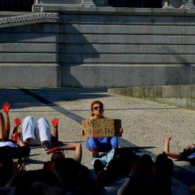 """Vários cartazes foram mostrados na manifestação. (""""Meu corpo, minhas regras"""")"""