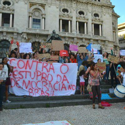 No fim da manifestação, todos se juntaram para entoar o cântico feminista preparado para este momento