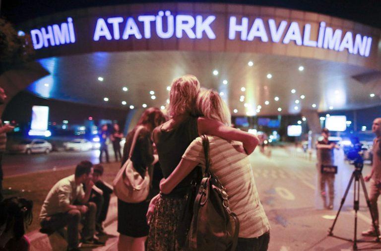 O terrorismo voltou a matar na Turquia, desta vez no principal aeroporto de Istambul.