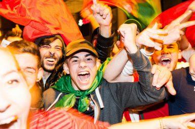 A notícia é mesmo essa. Portugal está nas meias-finais do Europeu de França. No resto não há grande novidade: Portugal sofreu, esteve em desvatagem no marcador, venceu já depois do tempo regulamentar – desta vez nas grandes penalidades – e voltou a dar mostras de dificuldades a assentar o seu jogo, mas também mais uma vez foi quem mais tentou em campo sair com a vitória. Ricardo Quaresma, que foi decisivo contra a Croácia ao marcar o golo do apuramento português aos 117 minutos, voltou esta noite a saborear o momento decisivo ao converter o quinto penálti luso. Cristiano, Renato, Moutinho e Nani fizeram a sua parte. O número 17 deu a machadada final na Polónia e confirmou a presença de Portugal em Lyon. Segue-se a Bélgica ou o País de Gales. A entrada neste jogo foi, contudo, pouco auspiciosa. Ainda os adeptos comentavam o posicionamento do meio-campo português – hoje com Renato a titular, o mais jovem de sempre a estrear-se no onze inicial num Europeu – e já Lewandowski marcava para os polacos. A bola veio cruzada do lado direito da defesa polaca para a zona oposta do ataque. Cédric deixou a bola bater no chão e viu Grosicki ultrapassá-lo. O polaco cruzou para o interior da área nacional e o avançado do Bayern apareceu na zona de penálti para marcar o seu primeiro golo neste europeu. Estavam decorridos 100 segundos de jogo. Portugal ficou atrapalhado, mas não perdeu o tino. Sofreu pressão da Polónia à saída da bola e dava ares de quem ainda apertava os parafusos no meio-campo, sobretudo no posicionamento de João Mário e Renato Sanches, em trocas sucessivas de flanco e Adrien um tanto subido. O jogo de Portugal assentou com Renato mais sobre a direita e João Mário à esquerda. Aos 30 minutos a equipa de Fernando Santos reclamou um penálti sobre Ronaldo. Pazdan atirou-se sobre o avançado português dentro da grande área. Mas o que realmente fez o banco de Portugal mexer, aconteceu dois minutos depois. Renato Sanches construiu o lance a partir da direita, perto da área 