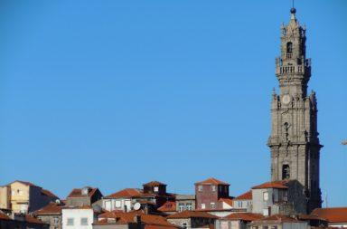 A Torre dos Cléricos é provavelmente o monumento mais emblemático da cidade histórica.