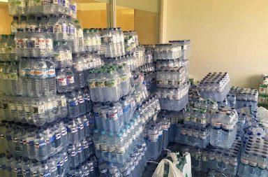 No total, foram entregues 2.500 garrafas de água.