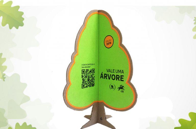 Cada árvore de cartão traz um código. O registo do código permite ao comprador saber o local de plantação e a evolução da árvore durante 5 anos.