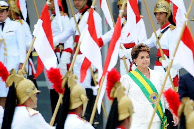 Dilma Rousseff em cerimônia de posse em janeiro de 2011. Cinco anos depois, a presidente luta para reconquistar a faixa presidencial.