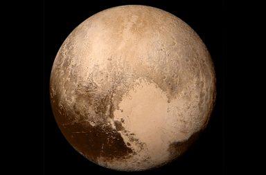 Imagem em cores verdadeiras de Plutão, obtida pela sonda New Horizons (NASA).