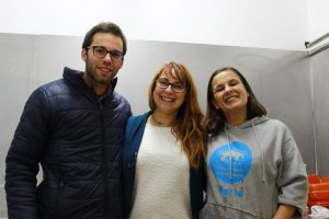 Ana Salão (ao centro) com dois voluntários do CASA Porto | Foto: Alexandra Paiva Oliveira