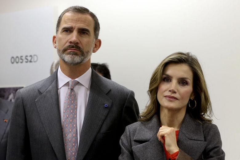Reis de Espanha ouvem explicações de empreendedores e investigadores.
