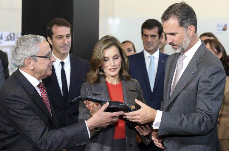 Os Reis de Espanha recebem de Novais Barbosa um violino feito em fibra de carbono.