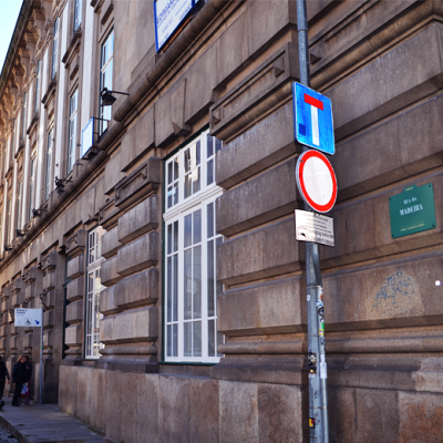 O hostel localiza-se na Rua da Madeira, lateral à Estação de São Bento.
