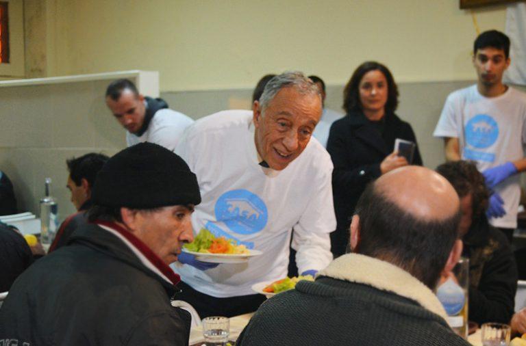 O Presidente da República esteve no primeiro restaurante solidário do Porto a servir os sem-abrigo.