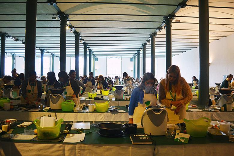 Cerca de 300 pessoas prepararam mais de 450 refeições para os mais carenciados.