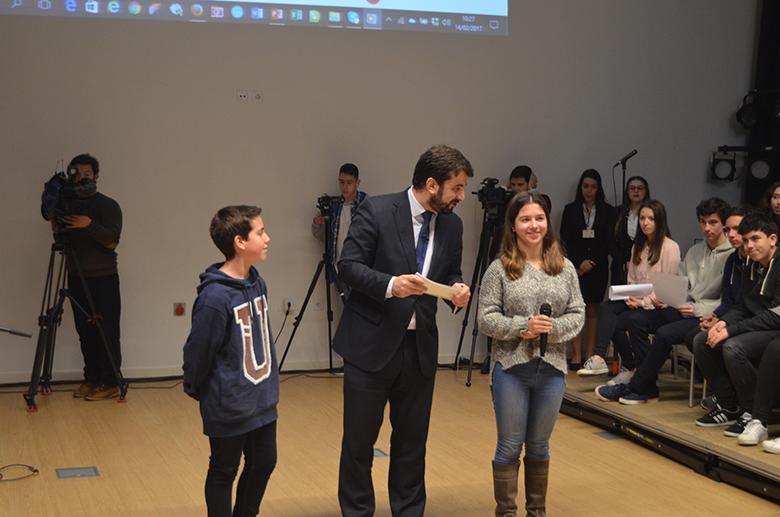Tiago Brandão Rodrigues com Marcelo, vice-presidente, e Mariana, presidente da associação de delegados