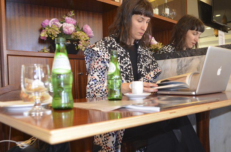 Regime de ½ pensão: Joana Machado é artista residente no café Âncora d'Ouro - Piolho