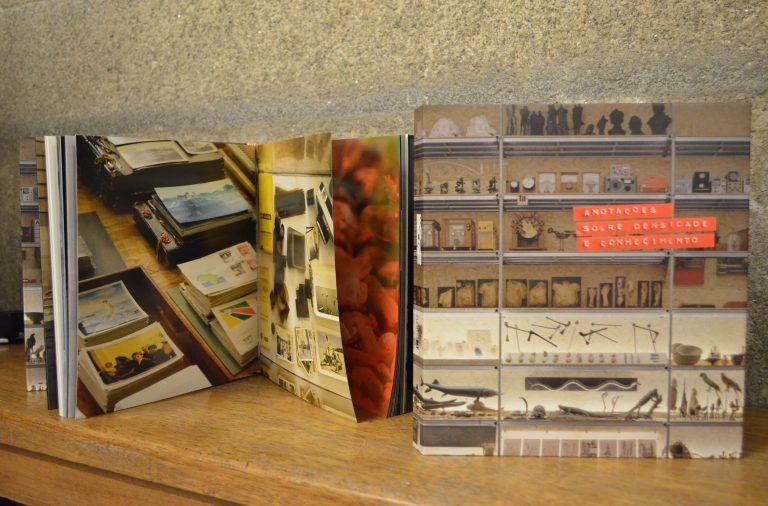 """Os 10 anos da exposição """"Depósito-anotações sobre densidade e conhecimento"""" contaram com o relançamento do catálogo fotográfico."""