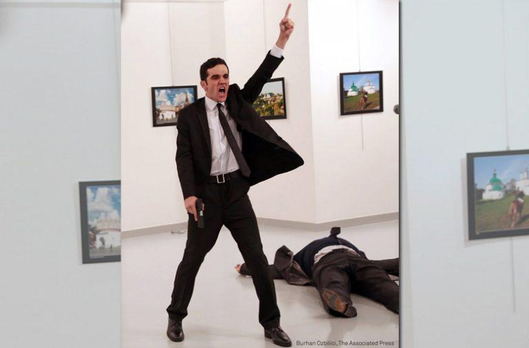 """""""Um assassinato na Túrquia"""", de Burhan Ozbilic, foi eleita a fotografia do ano."""