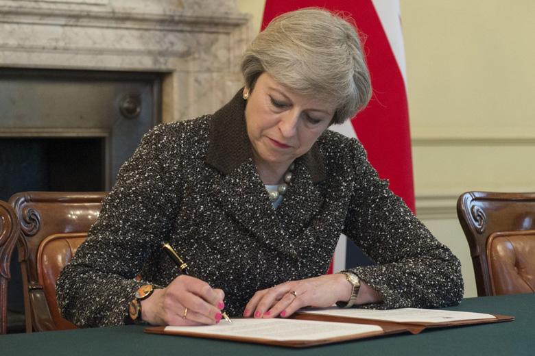 A Carta formal de saída do Reino Unido foi assinada esta terça-feira pela primeira-ministra britânica, Theresa May.