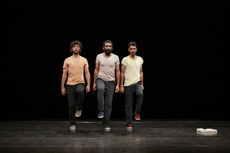 """""""Displacement"""", de Mitkal Alzghair, estreou em 2016 e conta a guerra e a ditadura através da dança tradicional síria."""