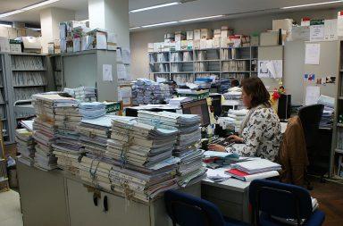 No Tribunal de Comércio de Gaia, os processos formam muralhas de papel entre os funcionários.
